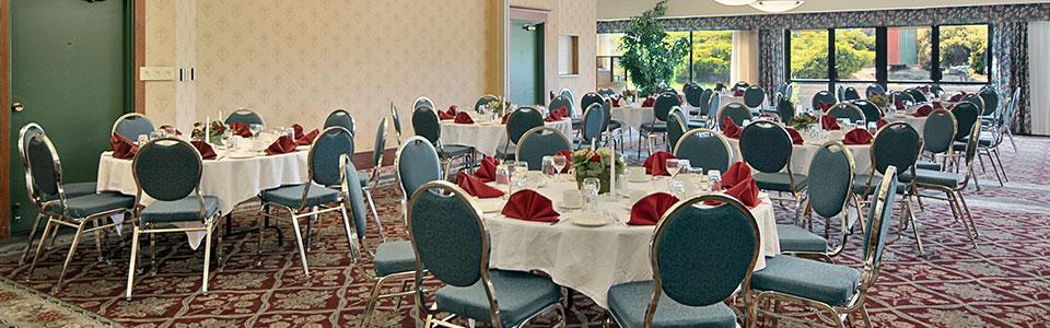 http://www.ramadalodgehotelkelowna.com/wp-content/uploads/2013/05/banquet.jpg
